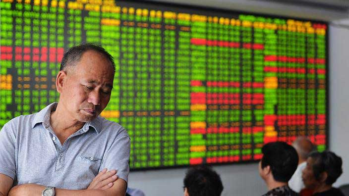 A concerned Chinese investor looks at prices of shares at a stock brokerage house in Hangzhou city, east China's Zhejiang province. (AAP)