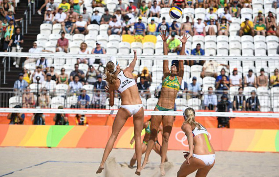 The Brazilian pair defending what it would be a point for them at the Volleyball Arena in Rio de Janeiro 2016. Image Credit: Daily Mail