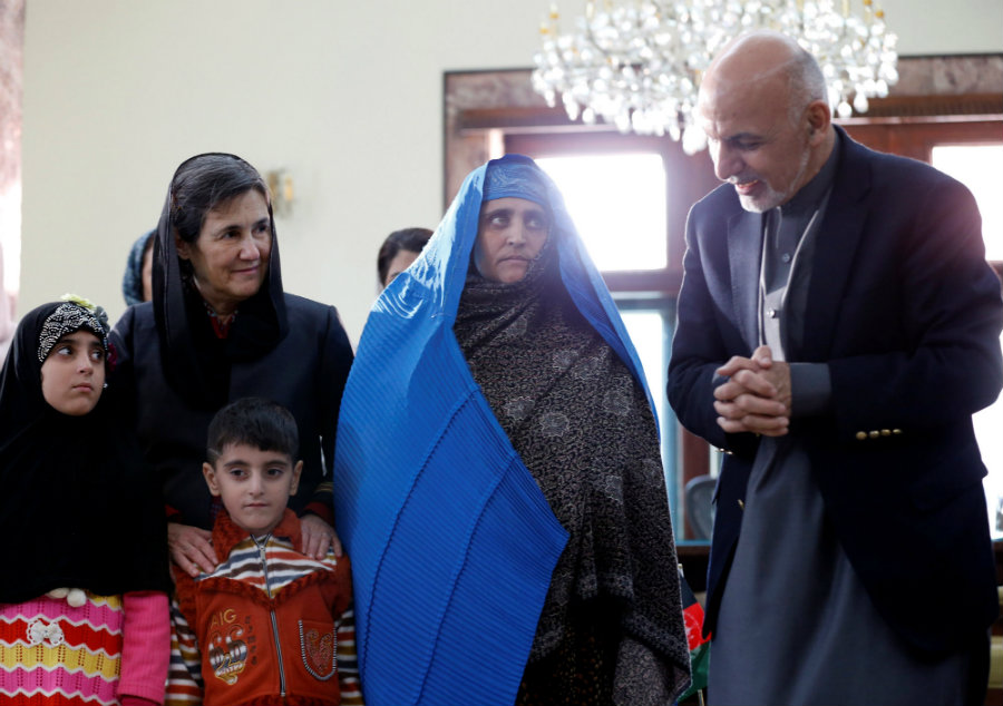 Afghan's President Ashraf Ghani held Wednesday a small ceremony at the presidential palace in Kabul to welcome back Sharbat Gula. Photo credit: Reuters / The Japan Times