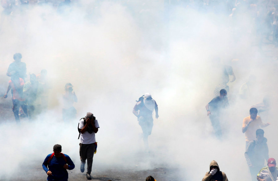 The National Guard, a military government entity, threw tear gas and rubber bullets to peaceful demonstrators, injuring dozens of people. Reuters / Christian Veron / Noticias al día y a la hora