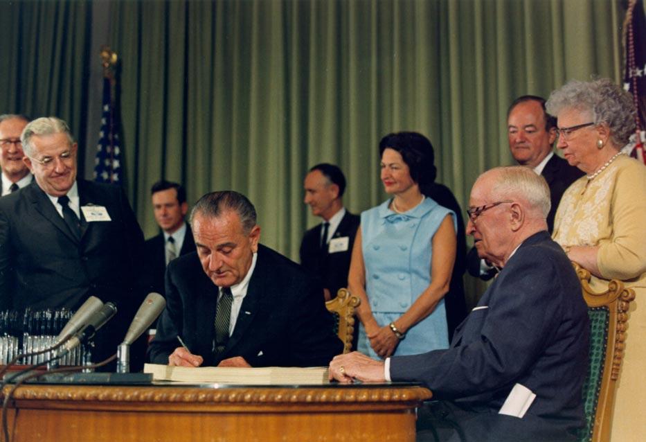 President-Lyndon-Johnson-signs-the-Medicare-Bill